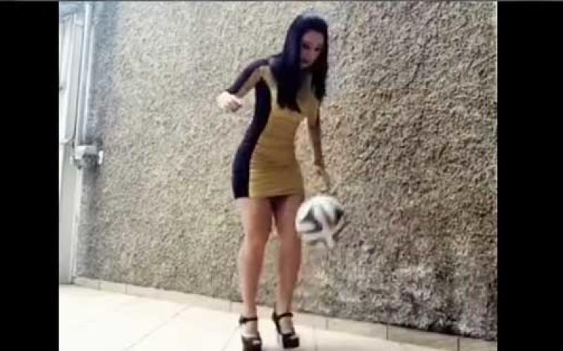 Viral: Chica en Tacones jugando al fútbol