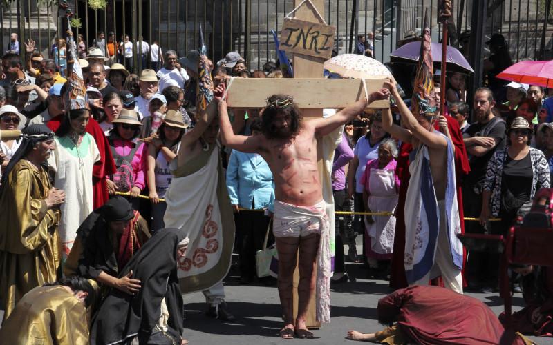 """Actores escenifican la """"Pasión y muerte de Cristo"""" en el Zócalo de la Ciudad de México"""