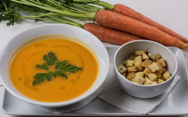 Crema de zanahoria con cúrcuma y zucchini amarillo