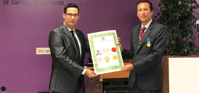 Edel Lemus recibe premio Honoris Causes de Academy Of Universal Global Peace