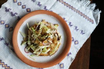Tostadas de ensalada de pozole