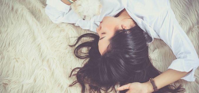¿Por qué es peligroso usar el celular antes de dormir?