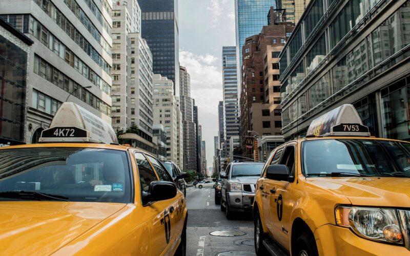 Nueva York frena emisión de licencias de Uber y Lyft por un año