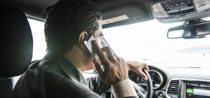 ¿Por qué la Generación X es más propensa a usar teléfonos mientras maneja?