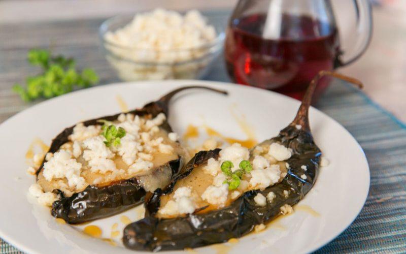 Chiles pasilla rellenos de queso manchego de la chef Bricia López