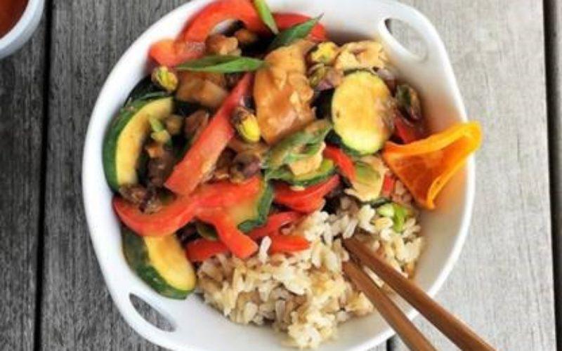 Pollo mandarín al pistacho y vegetales sofritos