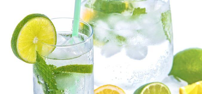 ¿Beber agua con limón tiene beneficios para la salud?
