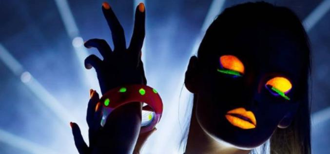 La sombra de ojos neón nunca ha sido más popular, pero ¿es segura?