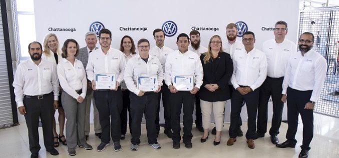 Hispanos se reciben en graduación de la Academia de Volkswagen