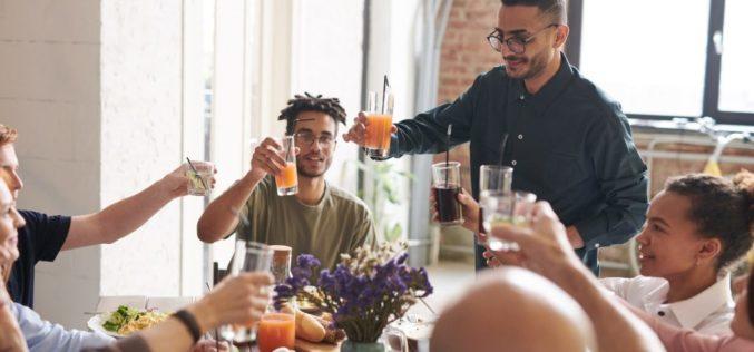 ¿Cómo se debe manejar la política en la mesa de Acción de Gracias?